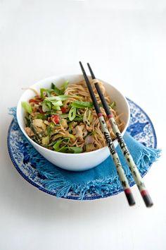 Dit recept is voor: 4 personen Aantal kcal: ca. 291 p.p.  Zo maak je het! Kook de mie volgens de aanwijzingen gaar.   Verhit de olie in een wok. Roerbak de groenten in 3 min. knapperig gaar.   Schenk het ei langzaam bij de groenten en roerbak in nog 2 min. gaar.   Voeg de noedels en bosui toe en breng op smaak met de sojasaus, honing en peper.