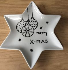 Christmas star plate decorated with porcelain marker Merry Little Christmas, Christmas Star, Merry Christmas And Happy New Year, Christmas Crafts, Sharpie Plates, Sharpie Art, Pottery Painting, Ceramic Painting, Plate Drawing