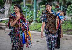 Indígenas en Antigua Guatemala. In: La Prensa. Honduras. 2/IX/2014.