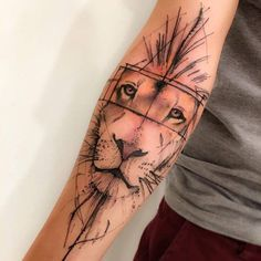 Sketch work lion tattoo on the right arm. Artista Tatuador: Victor Montaghini