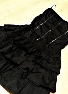 Kup mój przedmiot na #vintedpl http://www.vinted.pl/damska-odziez/krotkie-sukienki/13056720-czarna-sukienka-falbanki-bez-ramiaczek-36