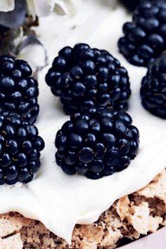 Mandelkage med brombær How To Make Cake, Soul Food, Blackberry, Espresso, Food And Drink, Pie, Sweets, Bread, Cookies