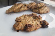 Peanøtthavrecookies ca 8 kjeks a 75 kcal 1 egg 30 gram havregryn 30 gram havremel 1 banan 2 ss peanøttsmør  Slik gjør du det: Sett ovenen på 180 grader. Miks alle ingrediensene i en blender eller kjøkkenmaskin. Tilsett biter av sukkerfri sjokolade som du forsiktig rører inn i deigen. Form som kjeks og fordel utover bakepapir. Stek til de er gylne. Steketid vil avhenge av tykkelse. Enkelt og raskt!