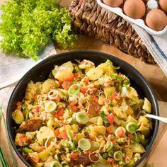 Kartoffeln gründlich waschen und in Salzwasser etwa 20 Minuten kochen. Abgießen, die Schale abziehen und die Kartoffeln grob würfeln. Porree putzen,...