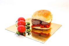 Receta del montadito de Mini chapatina de pan de cebolla y semillas de amapola con hamburguesa de ternera, pimientos y queso manchego