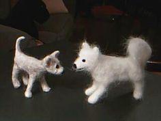 Koiran karvasta tehtyjä huovutuskoiria.