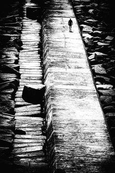 Es maravilloso no poseer, sólo así uno puede poseerse porque las cosas, las ideologías y las creencias nos distraen de nosotros mismos, son ilusiones en las que perdemos la vida.   ~Facundo Cabral