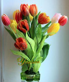 В объятьях живых цветов))))