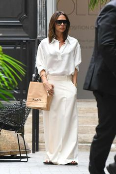 A day after celebrating her wedding anniversary with husband David, Victoria Beckham heads out . Minimal Fashion, White Fashion, Look Fashion, Fashion News, Victoria Beckham Outfits, Victoria Beckham Style, Posh Beckham, Viktoria Beckham, Celebrity Style Inspiration