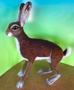 Needle Felted Hare par Julie Christensen roi avec MC-1 feutrage Batts sur www.livingfelt.com/blog