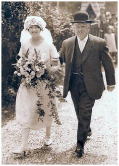 Old Wedding Photos 1925 Fashions Bridal Dress Pictures of Bride and Father - Fashion History, Costume Trends and Eras, Trends Victorians - Haute Couture 1920s Wedding, Wedding Bride, Wedding Day, Wedding Blog, Hair Wedding, Wedding Flowers, Mode Masculine, Old Wedding Photos, Wedding Pictures