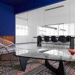 Sitzgrupppe mit Vitra Sesseln im Besprechungsraum der Halle A, München || Foto: Pascal Gambarte || Designliga: Design Büro für Brand Design & Innenarchitektur in München