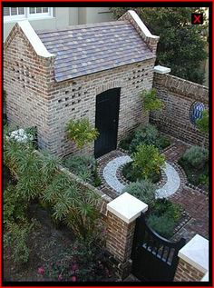 beautiful small courtyard - not something I could do, but somewhere I'd love to be!!!!