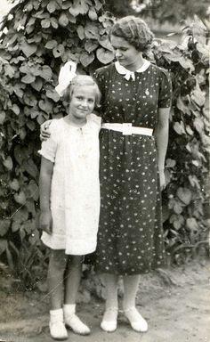 Mamãe me fazia a sua menina, a sua filinha. ceases to amaze me .how quickly things change. Vintage Pictures, Old Pictures, Old Photos, Vintage Images, 1930s Fashion, Vintage Fashion, 1930s Costumes, Black White Photos, Black And White
