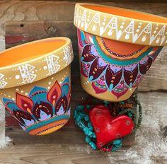 Painted Plant Pots, Painted Flower Pots, Painted Pebbles, Flower Pot Art, Flower Pot Design, Pots D'argile, Clay Pots, Terracotta Flower Pots, Decorated Flower Pots
