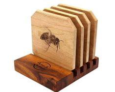 Honey Bee Coaster Set with Display Stand 4 Diy Wooden Projects, Small Wood Projects, Wood Crafts, Handmade Wooden Toys, Wooden Gifts, Wooden Diy, Beer Coasters, Wooden Coasters, Woodworking Joints