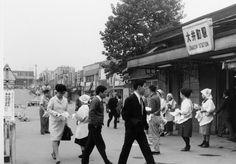 1967年(昭和42年)10月 品川区大井1丁目 エプロンに頭巾姿の女性達がビラを配る