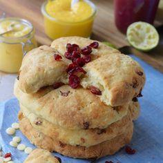 Lättbakade scones med torkade tranbär och vita chokladknappar som gör dem extra lyxiga och goda. Goda att servera med lemon curd. Afternoon Tea, Scones, Pancakes, Brunch, Cheese, Breakfast, Desserts, Food, Morning Coffee
