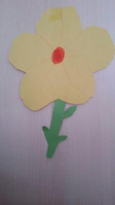 Du bruchst :Papier grün& eine Farbe die du willst  so machst du es: Schneide das Grüne pappier in eine stiel form.Das gelbe pappier schneidest du in eine Blumen form. Dann Malst du so ein muster und du bist fertig.