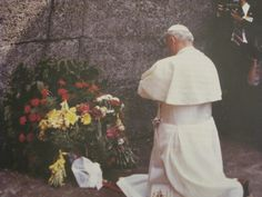 Beato Papa Juan Pablo II en Auschwitz  Encuentra todo sobre su vida y santidad en www.aciprensa.com/juanpabloii