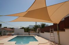 voile-ombrage-triangulaires-beige-piscine voile d'ombrage triangulaire