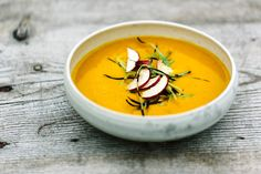 Diese Suppe schmeckt nicht nur wunderbar nach Herbst, sie stärkt außerdem mit vitaminreichem Sanddorn die Abwehrkräfte.