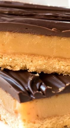 A caramel slice recipe that's easy to make and works as promised - a creamy caramel filling and chooclate that doesn't crack when you cut into it! Australian Desserts, Australian Food, Australian Recipes, Easy Caramel Slice, Chocolate Caramel Slice, Baking Recipes, Dessert Recipes, Recipetin Eats, Vegetarische Rezepte