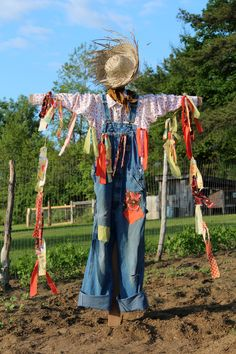 Take a look at the gallery for more DIY scarecrow ideas for kids. scarecrow craft template, scarecrow craft patterns, making scarecrows in the classroom Make A Scarecrow, Scarecrow Crafts, Scarecrow Ideas, Scarecrow Costume, Halloween Scarecrow, Scarecrows For Garden, Fall Scarecrows, Art Vert, Plantation