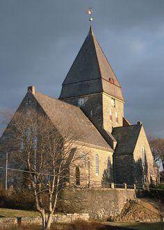 Igreja Nordlandet em Kristiansund, condado de Møre og Romsdal, Noruega. Esta igreja paroquial está na ilha Nordlandet e foi construída em 1914.  A igreja de pedra foi construído pelo arquiteto Hagbarth Martin Schytte-Berg (1860-1944), e acomoda cerca de 700 pessoas. É uma das poucas igrejas na área, que não foram prejudicadas durante a II Guerra Mundial.  Fotografia: KS-U92.