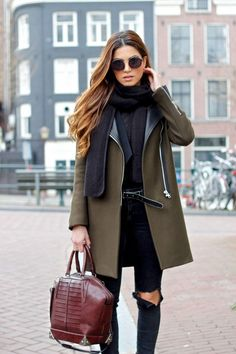 Den Look kaufen: https://lookastic.de/damenmode/wie-kombinieren/mantel-enge-jeans-shopper-tasche-guertel-schal-sonnenbrille/4859 — Schwarze Sonnenbrille — Schwarzer Schal — Olivgrüner Mantel — Schwarzer Ledergürtel — Dunkelblaue Enge Jeans mit Destroyed-Effekten — Dunkelrote Shopper Tasche aus Leder