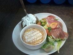 Camembert chaud, jambon cru, salade et pomme au four