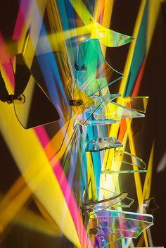 L'artiste Stephen Knapp travaille depuis plus de 30 ans avec le verre, a partir de 1993 il a commencé à utiliser des petites plaques de verre colorées pour créer des oeuvres à base de lumière. Il en place des dizaines dans des faisceaux de lumière qui projettent des ombres colorées qui se mélangent pour former …
