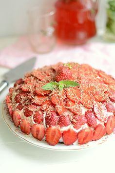 Бисквитный торт с творожным кремом и клубничным желе