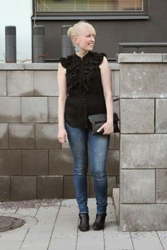 Outfit with black ruffle blouse and blue jeans / Kotisaari