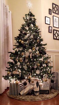 Black Christmas Tree Decorations, Black Christmas Trees, Diy Christmas Tree, Christmas Colors, Beautiful Christmas, Minimal Christmas, Christmas Border, Traditional Christmas Tree, Disney Christmas
