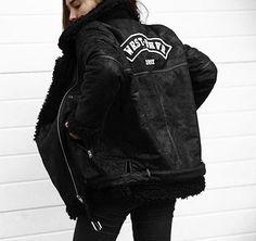 Gefütterte Jacke im Boyfriend Style aus hochwertigem, veganen Leder und Kunstfell Besatz. Hier entdecken und shoppen: https://sturbock.me/J2E