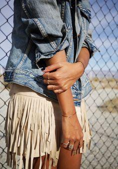 Denim jacket and white fringe shorts. Mode Style, Style Me, Look Fashion, Fashion Outfits, Street Fashion, Runway Fashion, Fashion Trends, Estilo Hippie Chic, Fringes