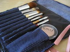 Manta para brochas y pinceles de maquillaje ~Azul con lunares blancos y cinta rosa | Carolina Sorel
