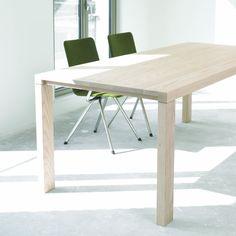 De elegante Essenza is een massief houten tafel met een pure vorm en elegante stijl. Kom naar Smellink Wonen + Design en bekijk onze Arco collectie.