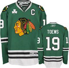 La playera es verde para St. Patrick's Day. Toews es mi favorita el jugadero.