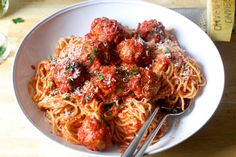 perfect meatballs and spaghetti – smitten kitchen This recipe makes a moderately saucy pot of spaghetti and meatballs. If you like or want extra sauce, add a second full-sized or half-sized can of tomatoes and amp up the seasonings accordingly. Pasta Recipes, Dinner Recipes, Meat Recipes, Pasta Meals, Top Recipes, Caramelised Onion Tart, How To Make Spaghetti, Spaghetti And Meatballs, Spaghetti Sauce