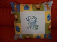 Almofada em patchwork e apliquê,para o quarto do seu bebê,confeccionamos sob encomenda na cor e como vc desejar,safari,fazendinha ,carros,etc...