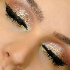 Glitter dourado com delineado preto.