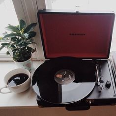 Flatlay of a crosley vinyl record player with cup of coffee and plant. Vinyl Record Player, Record Players, Vinyl Records, Lp Player, Crosley Record Player, Pretty Things, Pop Punk, Style Vintage, Vintage Home Decorating