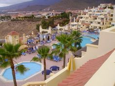 A two bedroom apartment to rent on Andalucia Tenerife with a large sunny balcony furnished with sun loungers, patio table and chairs. There is also a washing machine. Two Bedroom Apartments, Andalucia, Patio Table, Tenerife, Sun Lounger, Villa, Mansions, House Styles, Washing Machine