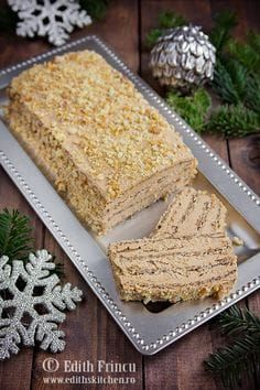 Pie with walnuts and walnuts - cake with whites, sugar and walnut and delicious cream of butter, yolks and noodles. Romanian Desserts, Romanian Food, Sweet Recipes, Cake Recipes, Dessert Recipes, Delicious Desserts, Yummy Food, Walnut Cake, Just Cakes