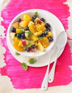 Zutaten 1  Ananas, reif 1  Mango(s), reif 1  Banane(n) 1  Apfel 1/2  Zitrone(n)  n. B. Früchte nach Wahl (z. B. Erdbeeren, Sternfrucht, Melone...) 2 EL Honig (Blütenhonig)  etwas Ingwer, frischer 5 Blätter Minze oder Zitronenmelisse, frische