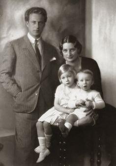 Z.K.H. Leopold, Hertog van Brabant, H.K.H. Astrid, Prinses van België met Prinses Josephine-Charlotte en Prins Boudewijn. 1931, bromide foto formaat 16 x 23 cm. Foto gemaakt door Robert Marchand, uit de verzameling van Wilfried Vandevelde.