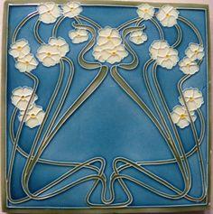 Jugendstilwandfliese, weiße Blüten auf blauem Grund, um 1900