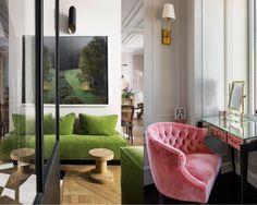 """O veludo continua sendo tendência. O tecido de textura lisa e agradável permanece em alta, porque, além de bonito e elegante, acompanha os tons de 2017, como as variações de verde e azul, o pink e o mostarda, entre outros. Tradicionalmente é usado em sofás e poltronas, mas """"casa"""" perfeitamente com pufes, encosto de cadeiras, almofadas e futons. Você decide! Se quiser, comece apostando nas peças menores e veja o resultado!  #decoração #decoracao #designdeinteriores #home #homedecor…"""